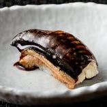 ふっくらした身と特製のタレが自慢、握り鮨(穴子)