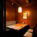 4名様個室 優しく照明が灯る上品な雰囲気。