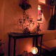 店内を飾る多くの絵画. ランプで彩られたプライベートな空間☆