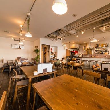 cafe dining wood  店内の画像