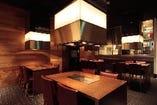 1階はカウンター席、2階は大人数でも楽しめるテーブル席で!!