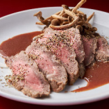 低温で焼き上げる『ローストビーフステーキ』赤ワインソースで