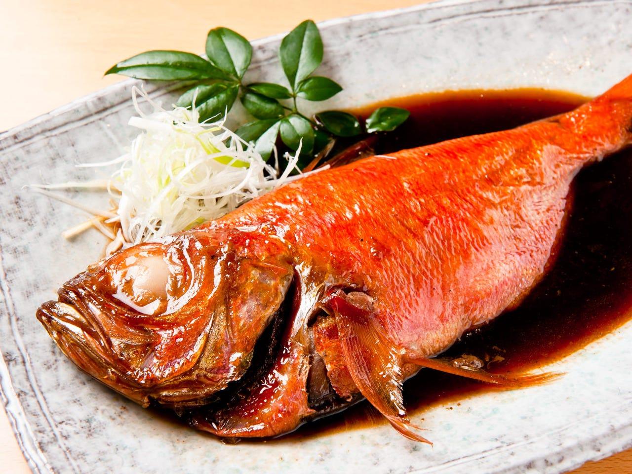金目煮魚は丸ごと1匹で食べごたえある逸品。