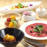 華やかな見た目に心を奪われる、厳選素材を使用したコース料理。