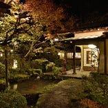 約2,000坪の日本庭園に点在する、大小様々な離れ個室