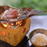 「うかい竹亭」50年の伝統の誇る看板料理「特選牛 朴葉焼」