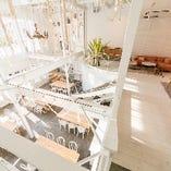 洗練された空間に、どこかロマンチックなアイテムを配して。スタイリッシュかつアットホームな雰囲気をお楽しみください。