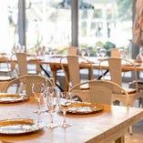 ナチュラルな風合いの木のテーブルや、どこか懐かしい雰囲気のチェアが、スタイリッシュさの中にくつろぎ感を演出します。