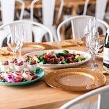 お肉にスイーツなど、華やかなパーティーフードの数々
