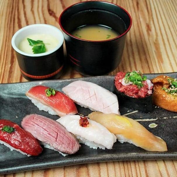 テイクアウトメニューには自慢の肉寿司や人気の唐揚などご用意◎