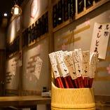 大衆居酒屋の開放感とモダンな雰囲気を兼ね備えた店内です。