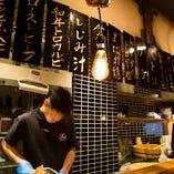 カウンターからのライブビューイング!厨房で職人が肉寿司を握る姿をお楽しみください。