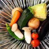 これが「THE 雪月花」の流儀。ただの焼き野菜ではありません。長茄子や舞茸、金時人参や南瓜、そして薩摩芋や里芋、蓮根等のホクホク根菜をはじめ、季節によって彩りが変わる地元岐阜県の採れたて旬野菜盛り。