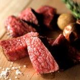 当店では肉の種類や特性に合わせて熟成期間を決めております。