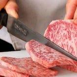 産地や銘柄に甘えず一頭一頭目を凝らし、肉と会話をして初めて最高の品質を実現できます。