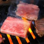 広がる芳醇な香り、表面を乾燥・熟成させる事により適度に水分が飛び、内側に凝縮された赤身肉本来の旨味と甘みをダイレクトにご堪能いただけます。