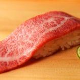 存分に生肉をご堪能いただけるよう、シャリが見えなくなる程の大きさと厚さの肉を使用しております。