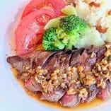 国産牛ステック定食、スパイスガーリックソース