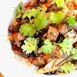 スパイスと煮込み豚の異国風混ぜご飯(スープ・サラダ付)