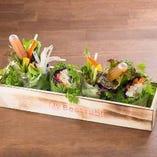 蒸し鶏と彩り旬菜のライスペーパーロール