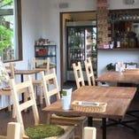 奥のテーブル席は木目のテーブルと白を基調とした雰囲気です。