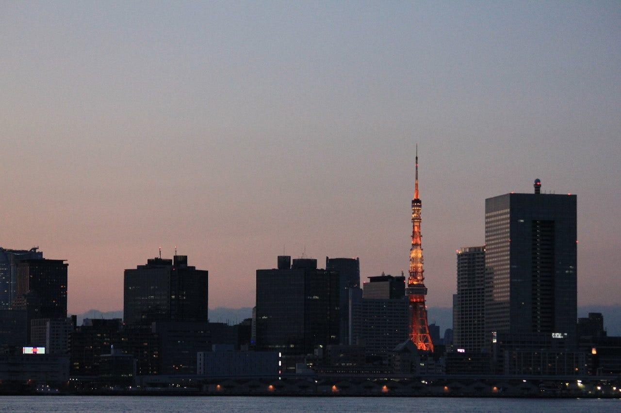 夕暮れ時の東京タワーがエモい   Å