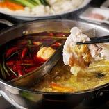 台湾2色鍋は酸白菜鍋と麻辣火鍋の2種をご用意しております。