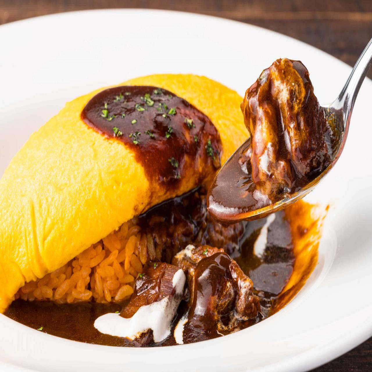 ふんわりオムレツと濃厚ビーフシチューの絶妙な味のコントラスト