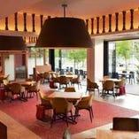 全面オープンテラス!天井も高く広々とした店内、人気のテラス席でお食事もできます。