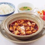 豆板醤のピリッとした辛さ、花椒のしびれる辛さ。麻婆豆腐定食