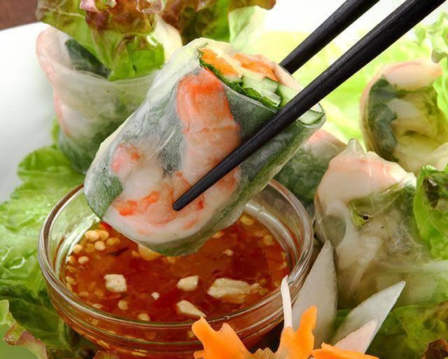 本格アジアン料理と各種ドリンク
