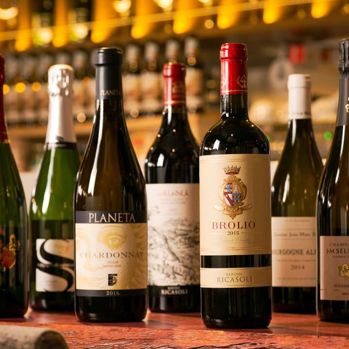 180種類を超える世界のワインが揃う