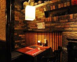 不夜城香港夜市をイメージした店内、個室はないが簾の半個室あり