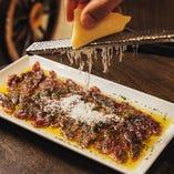 芝浦ほるもんさんから仕入れた赤肉を温製カルパッチョで!