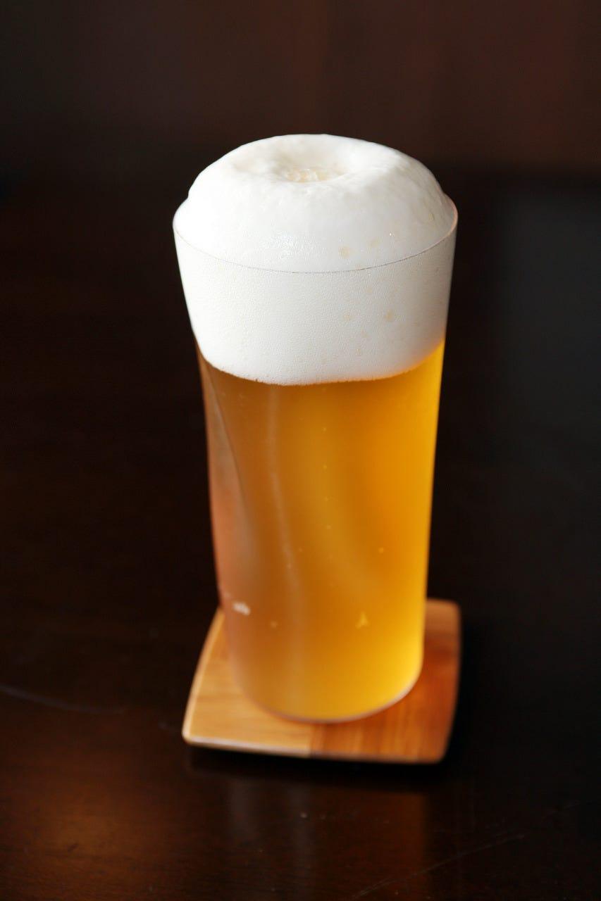 注ぎ方、グラスの管理に細心の注意を払っておいしく提供します。
