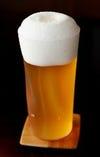 樽生以外のビールはグラスに注いでお出しします。グラス管理、注ぎ方(3度注ぎ)などに細心の注意を払い、最高に美味しいビールをご提供します(¥630)