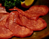 【馬タンスモーク(¥780)】馬のタンを半生にスモークした逸品。赤ワイン、焼酎との相性◎