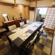 坪庭のある純和風のテーブル個室