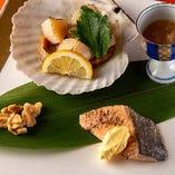 【焼八寸】帆立貝磯焼き(くるみ蜜煮)/サーモンのソテー(丹波クリームソース)