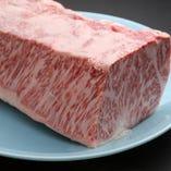 ブロックで仕入れているからこそ、上質なお肉をできる限りお手頃な価格でご提供することが可能に。