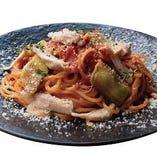 【国産茄子使用】 燻製した阿波尾鶏むね肉と焼き茄子のピリ辛トマトソース