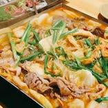 グツグツと湯気が立ち込み、素材の香りが引き立つ鍋料理
