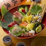 「オーダー一品食べ放題コース」には見た目も華やかな造り盛り合せが付いてきます!