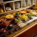店内中央には様々なコースに対応する「野菜バイキング」をセッティング
