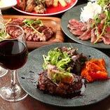 量り売りステーキから、名物肉寿司まで豊富な種類の肉料理!