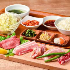 お肉や人気メニューをお昼ご飯で堪能