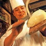 特級麺点師が華麗な技で削る刀削麺