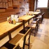 入口入って左側には、4人掛けのテーブル席を3卓、3人掛けのテーブル席を1卓ご用意。人数に応じてテーブルを繋げる事も可能です!