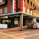 ②【お店の行き方】建物を右側へ!写真の真ん中に柱がありますが、そちらを越えて右側に曲がってください。