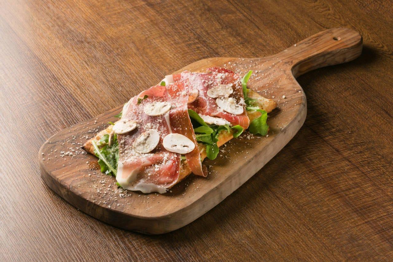 四角く食べやすい、サクサクとしたピザ生地です。